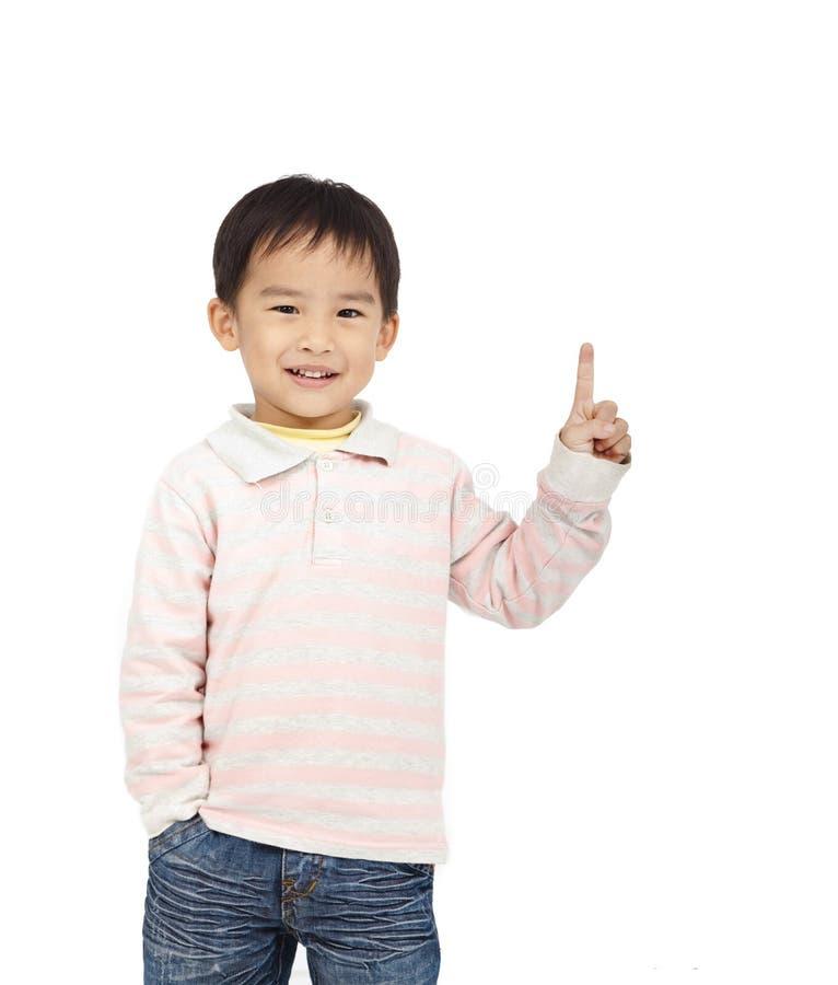 Glückliches Kind, das Platz zeigt stockfotografie