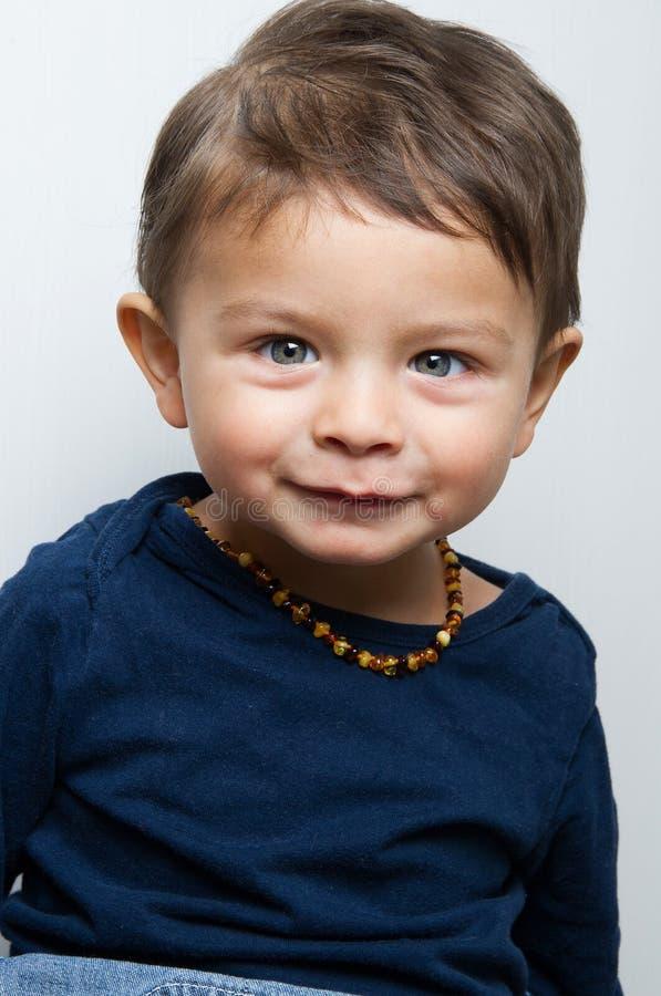 Glückliches Kind, das zur Kamera anstarrt stockfoto