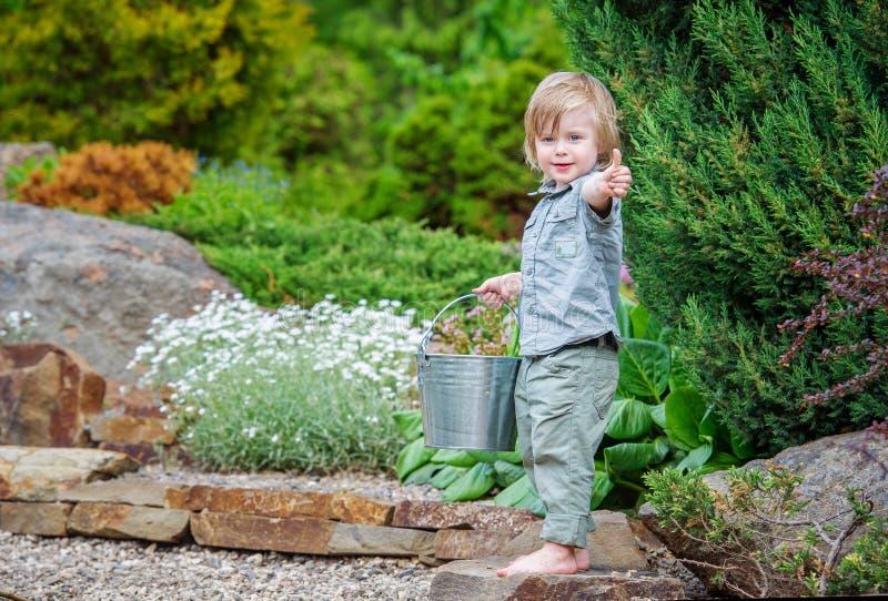Glückliches Kind draußen stockfotos