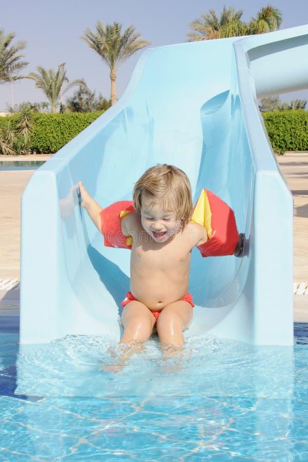 Glückliches Kind im aquapark lizenzfreie stockfotografie