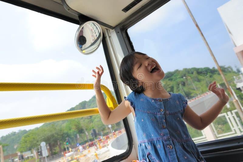 Glückliches Kind im Bus stockfoto