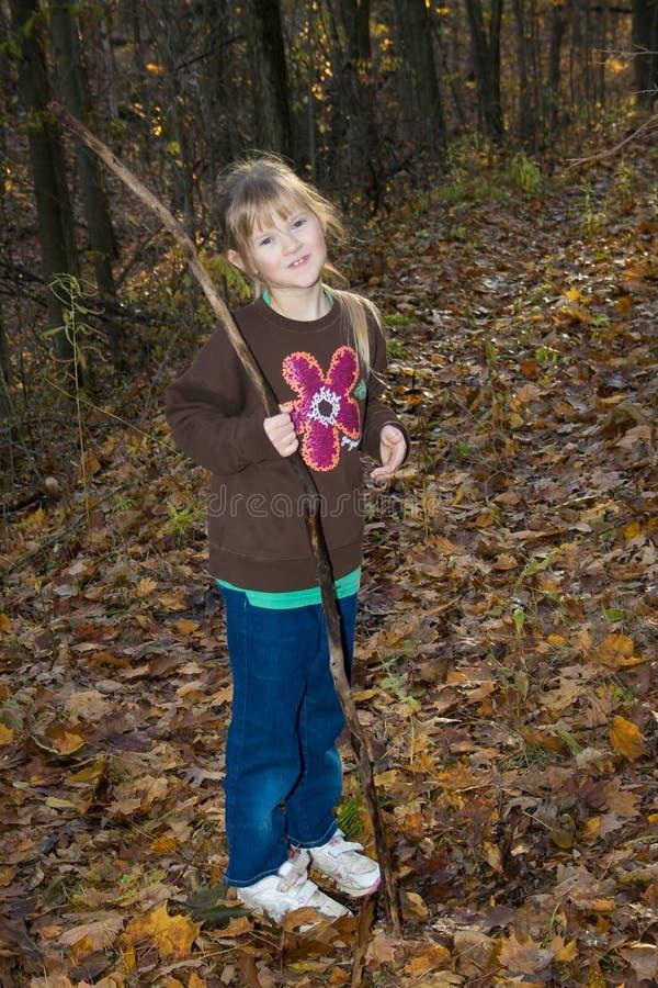 Glückliches Kind im Holz. lizenzfreie stockfotos