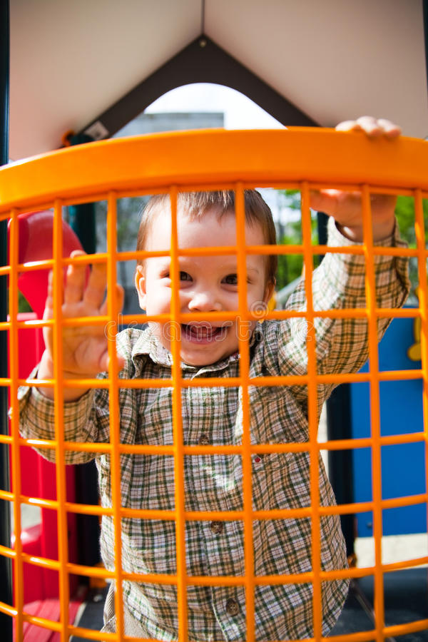 Glückliches Kind im Spielplatz lizenzfreies stockbild