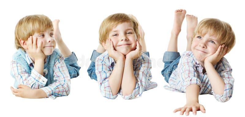 Glückliches Kind, Kleinkind-Junge, der sich auf Magen hinlegt, Hand auf Kinn, lizenzfreie stockfotografie