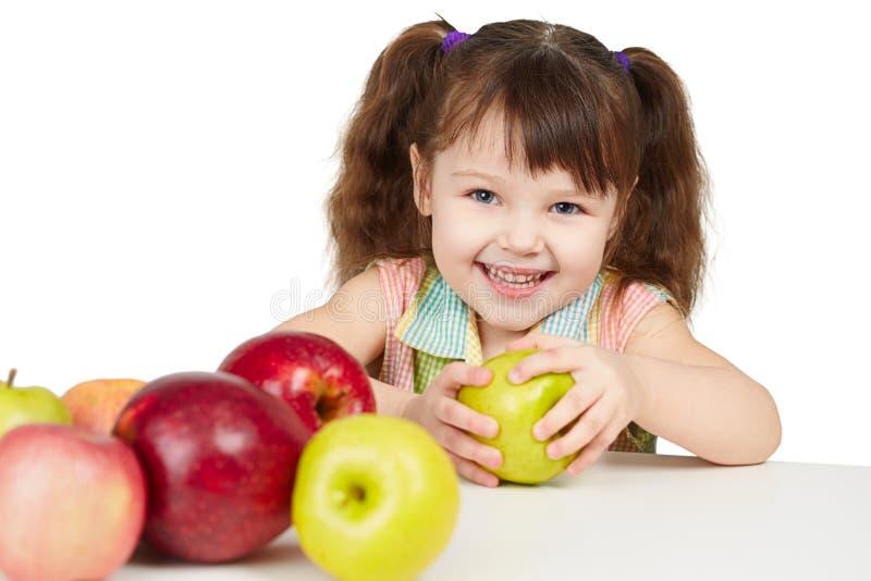 Glückliches Kind mit Äpfeln - Quellen der Vitamine stockfotografie