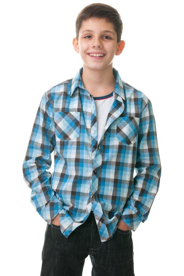 Glückliches Kind mit den Händen innerhalb der Jeanstaschen lizenzfreie stockbilder