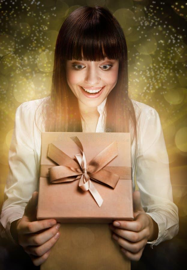 Glückliches Kind mit Geschenk lizenzfreie stockfotografie