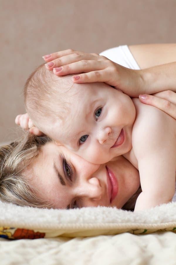 Glückliches Kind mit Mamma stockbilder