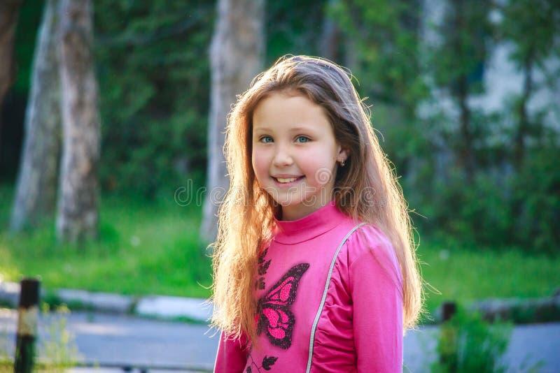 Glückliches Kind in Natur 2017 lizenzfreie stockbilder