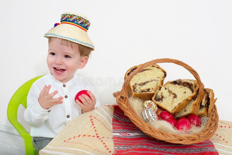 Glückliches Kind Ostern-Anordnung lizenzfreie stockfotos