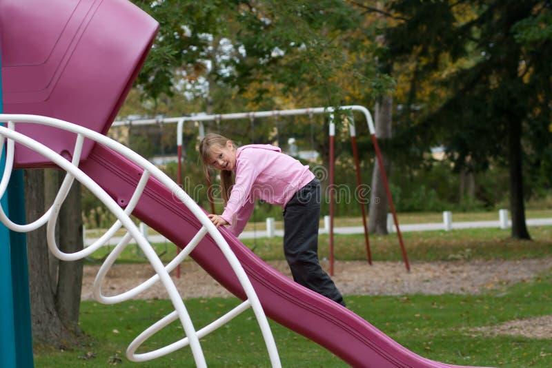 Glückliches Kind am Spielplatz. stockbild