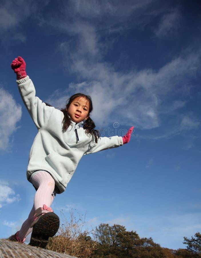 Glückliches Kind springen stockbilder