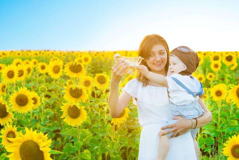Glückliches Kind und Mutter, die mit Spielzeugflugzeug spielt lizenzfreie stockfotografie