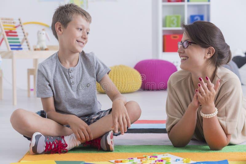Glückliches Kind und Schulratgeber lizenzfreie stockfotos