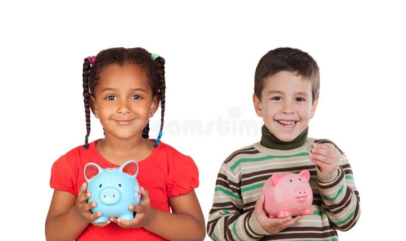 Glückliches Kind zwei, das einen Geldkasten hält lizenzfreie stockbilder