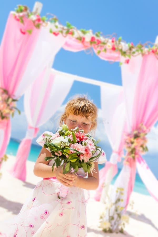 Glückliches Kindermädchen im schönen Kleid auf tropischem Hochzeit setu lizenzfreies stockbild