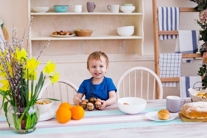 Glückliches Kindheitkonzept Kleiner Junge, der Spaß lächelt und hat stockfotografie