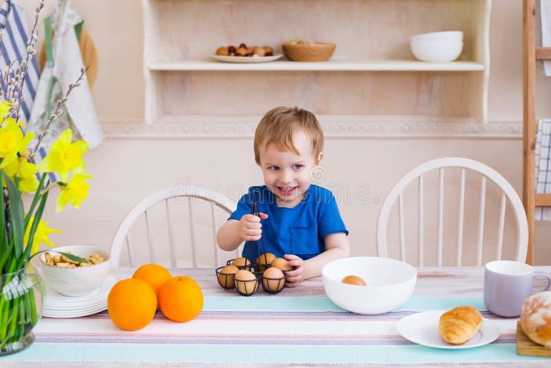 Glückliches Kindheitkonzept Kleiner Junge, der Spaß lächelt und hat stockfotos