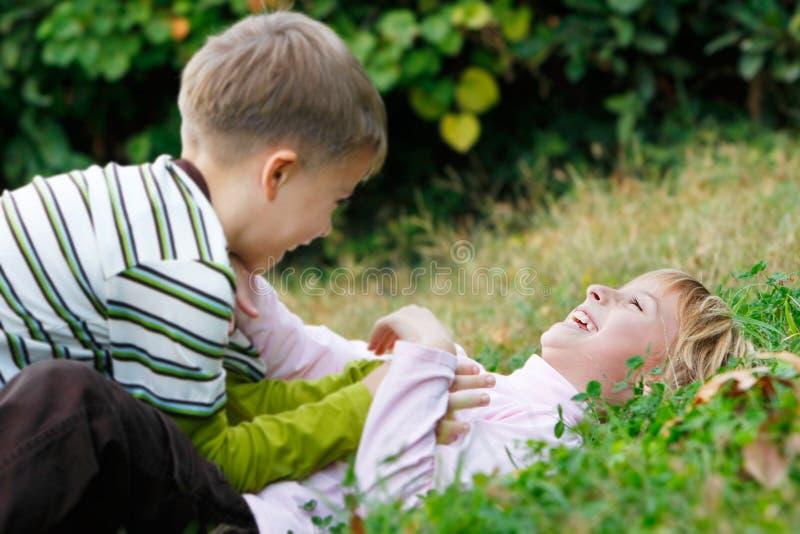 Glückliches Kindspielen lizenzfreies stockbild