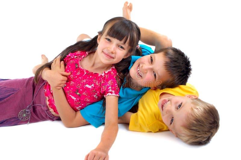 Glückliches Kindspielen stockfoto