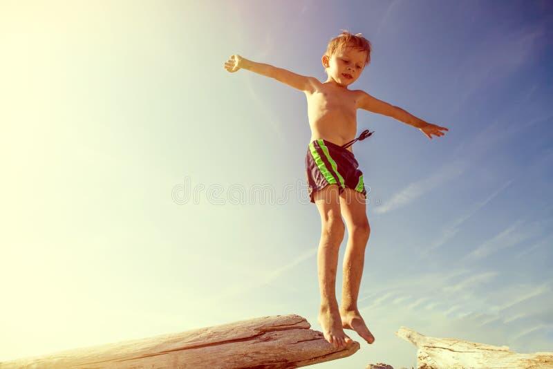 Glückliches Kindspringen lizenzfreie stockfotos