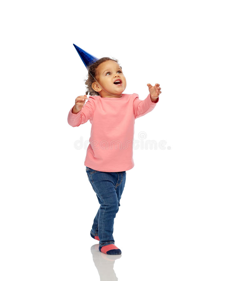 Glückliches kleines Baby mit Geburtstagsfeierhut lizenzfreie stockfotos