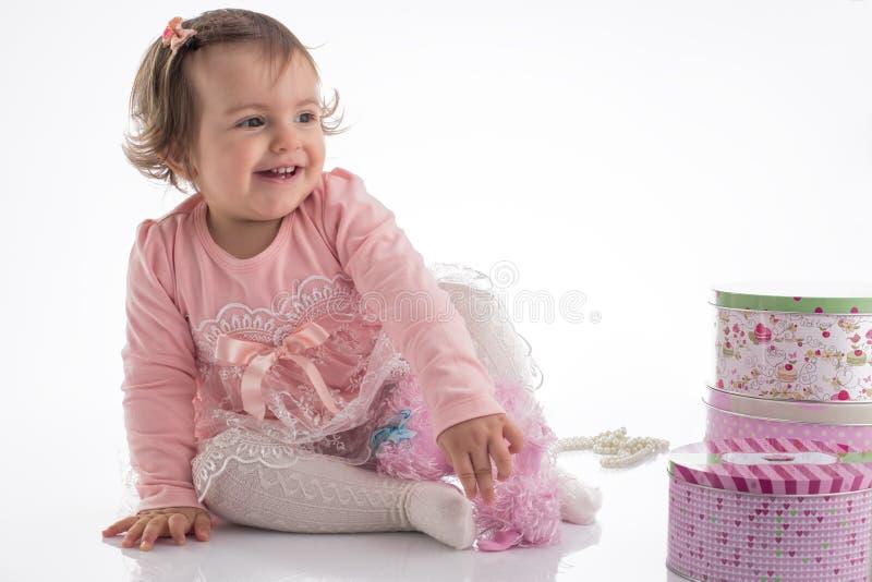 Glückliches kleines Babyporträt, lokalisiert auf Weiß lizenzfreies stockbild