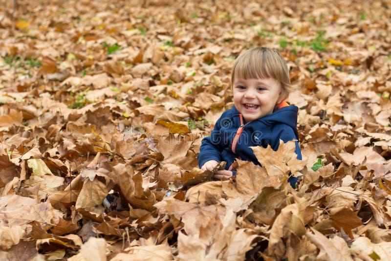 Glückliches kleines Kind, Baby, das im Herbst lacht und spielt lizenzfreie stockfotos