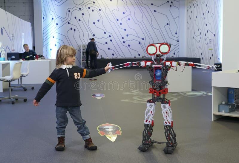 Glückliches kleines Kind und großer Roboter lizenzfreie stockfotografie