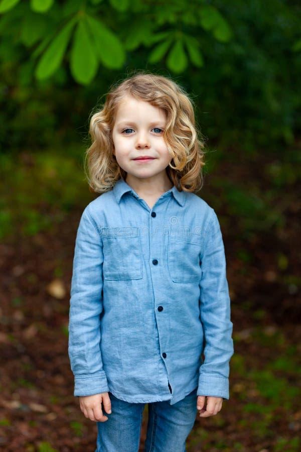 Glückliches kleines Kind, welches die Natur genießt stockfotografie