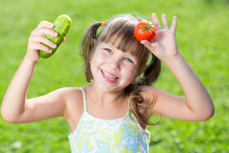 Glückliches kleines Mädchen über dem Gras mit a stockfoto