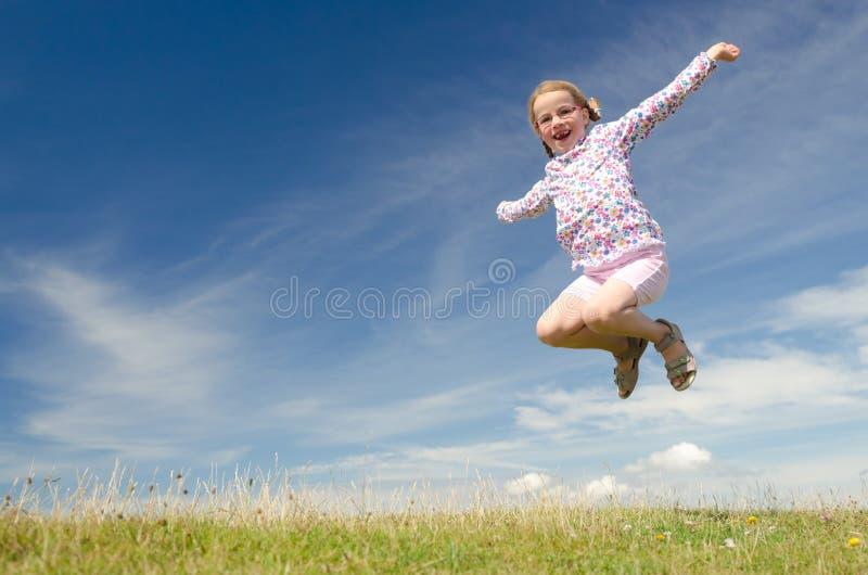 Glückliches kleines Mädchen stockbild