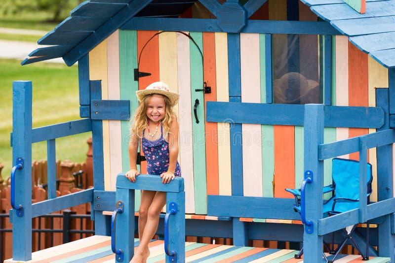 Glückliches kleines Mädchen auf playset im Freien stockbilder