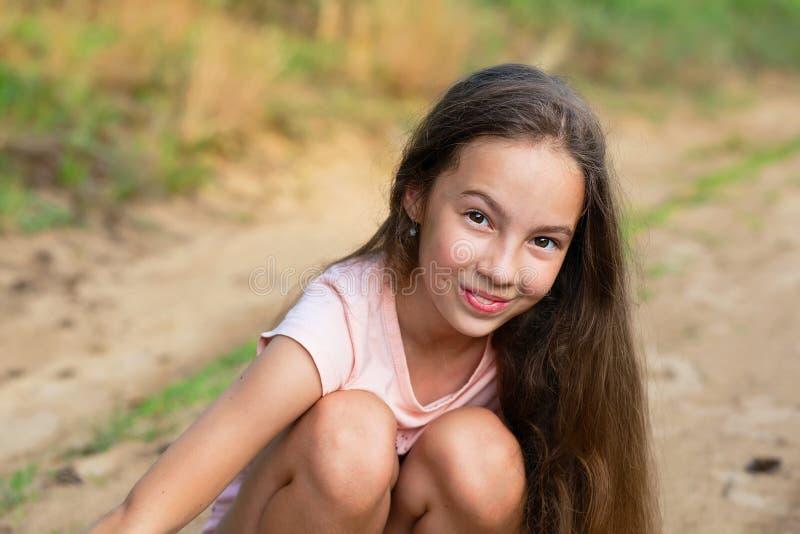 Glückliches kleines Mädchen aufgeregt Nettes jugendlich Mädchen an lächelnd sehr glücklich stockfotos
