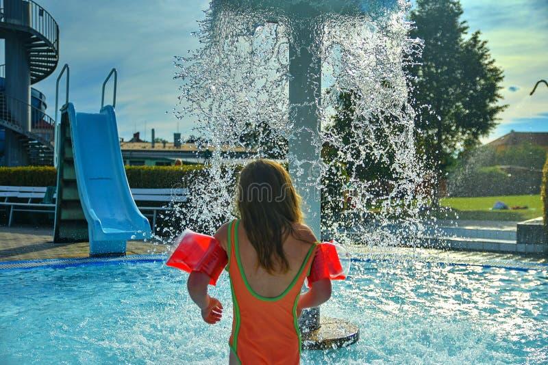 Glückliches kleines Mädchen, das Sommertag im Swimmingpool genießt Sommer und glückliches chilhood Konzept lizenzfreies stockbild