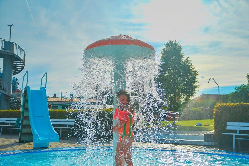 Glückliches kleines Mädchen, das Sommertag im Swimmingpool genießt Sommer und glückliches chilhood Konzept lizenzfreie stockfotografie