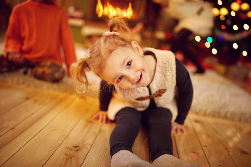 Glückliches kleines Mädchen in der Weihnachtsatmosphäre stockfotografie