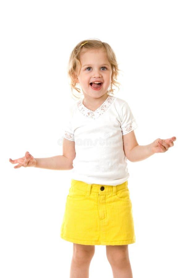 Glückliches kleines Mädchen des smiley, das ein einen gelben Rock trägt lizenzfreie stockfotos