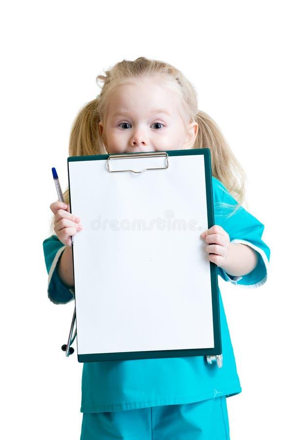 Glückliches kleines Mädchen in Doktoruniform mit medizinischem lizenzfreie stockfotos