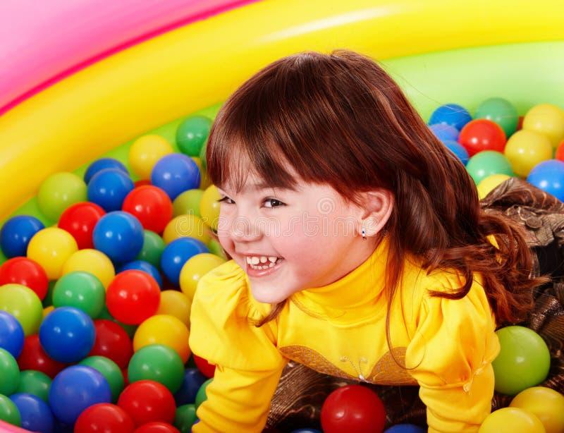 Glückliches kleines Mädchen in Gruppe L Kugel. stockfotografie