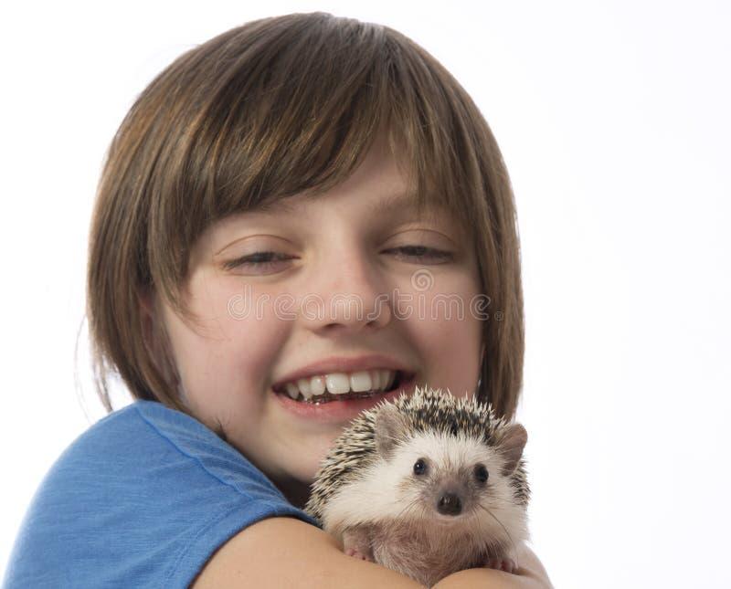 Glückliches kleines Mädchen mit afrikanischem Pygmäenigelem lizenzfreies stockfoto