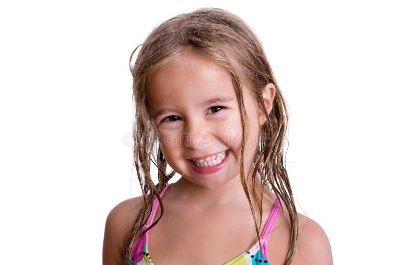 Glückliches kleines Mädchen mit dem nassen Haar stockbilder