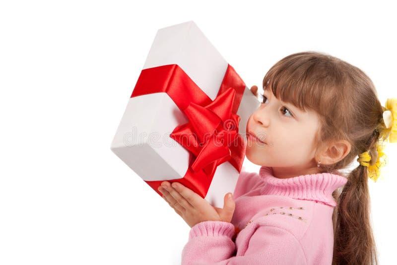 Glückliches kleines Mädchen mit giftbox stockfoto