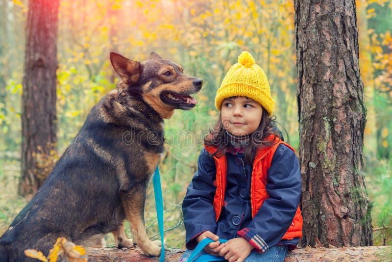 Glückliches kleines Mädchen mit Hund stockbilder