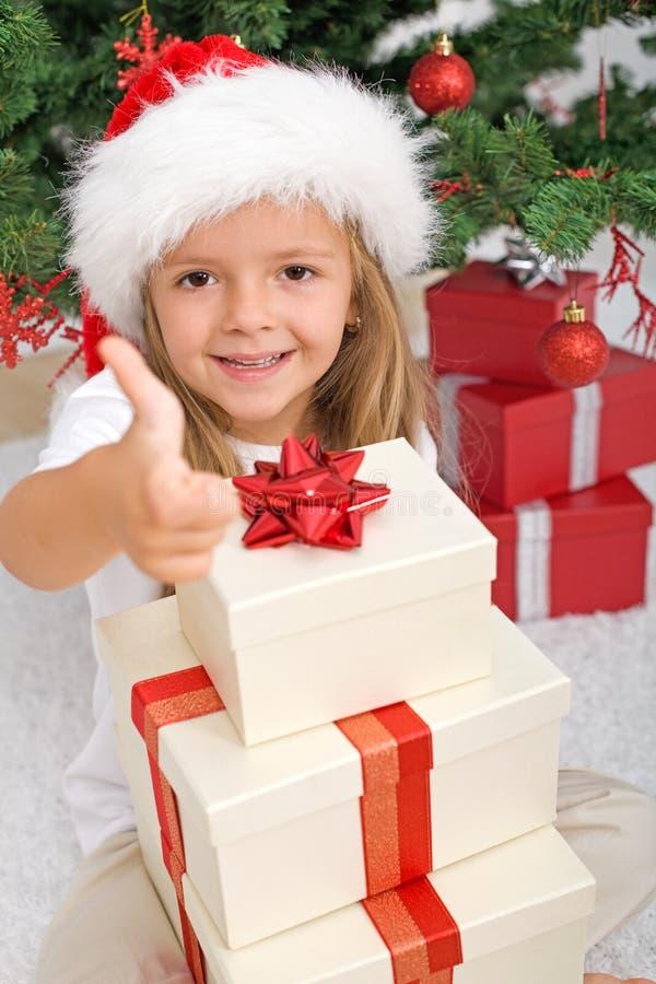Glückliches kleines Mädchen mit Lots Weihnachtsgeschenken lizenzfreies stockfoto