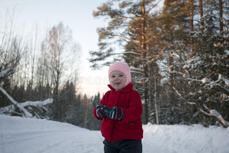 Glückliches kleines Mädchen mit Photocamera in den Händen stockfotos