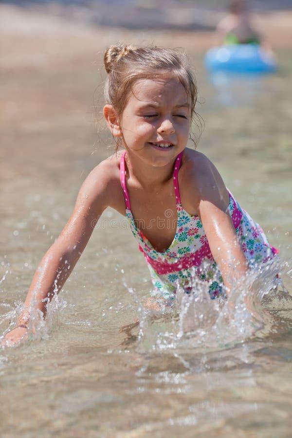 Glückliches kleines Mädchen und Meer stockbilder