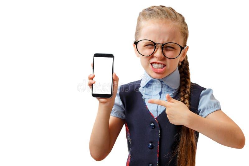 Glückliches kleines Mädchen zeigen ihren Smartphone mit weißem Schirm Modell stockfotos