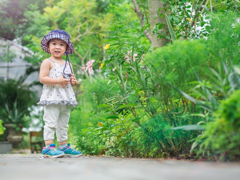 Glückliches kleines nettes Mädchen im Bauernhof Landwirtschaft u. Kinderkonzept stockfotos