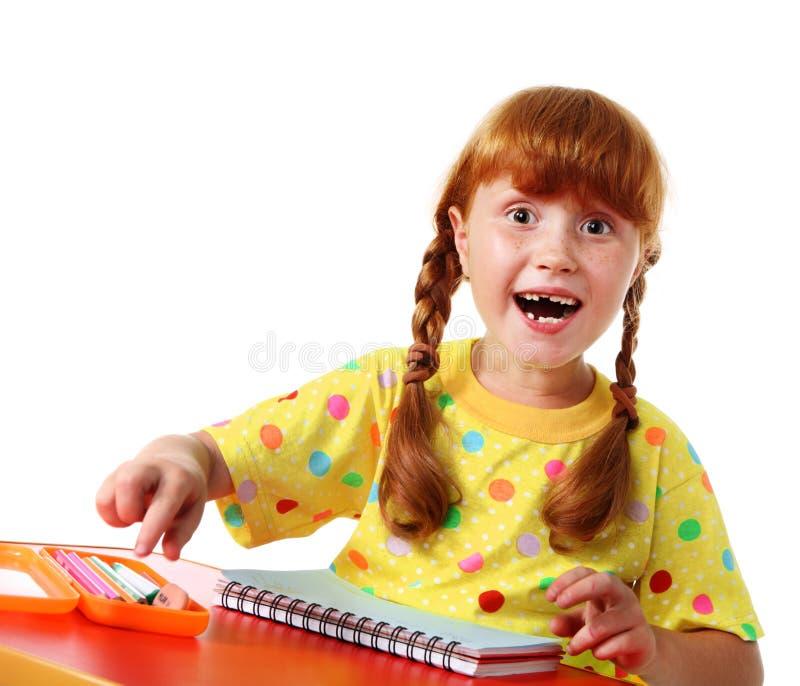 Glückliches kleines Schulmädchen stockfoto